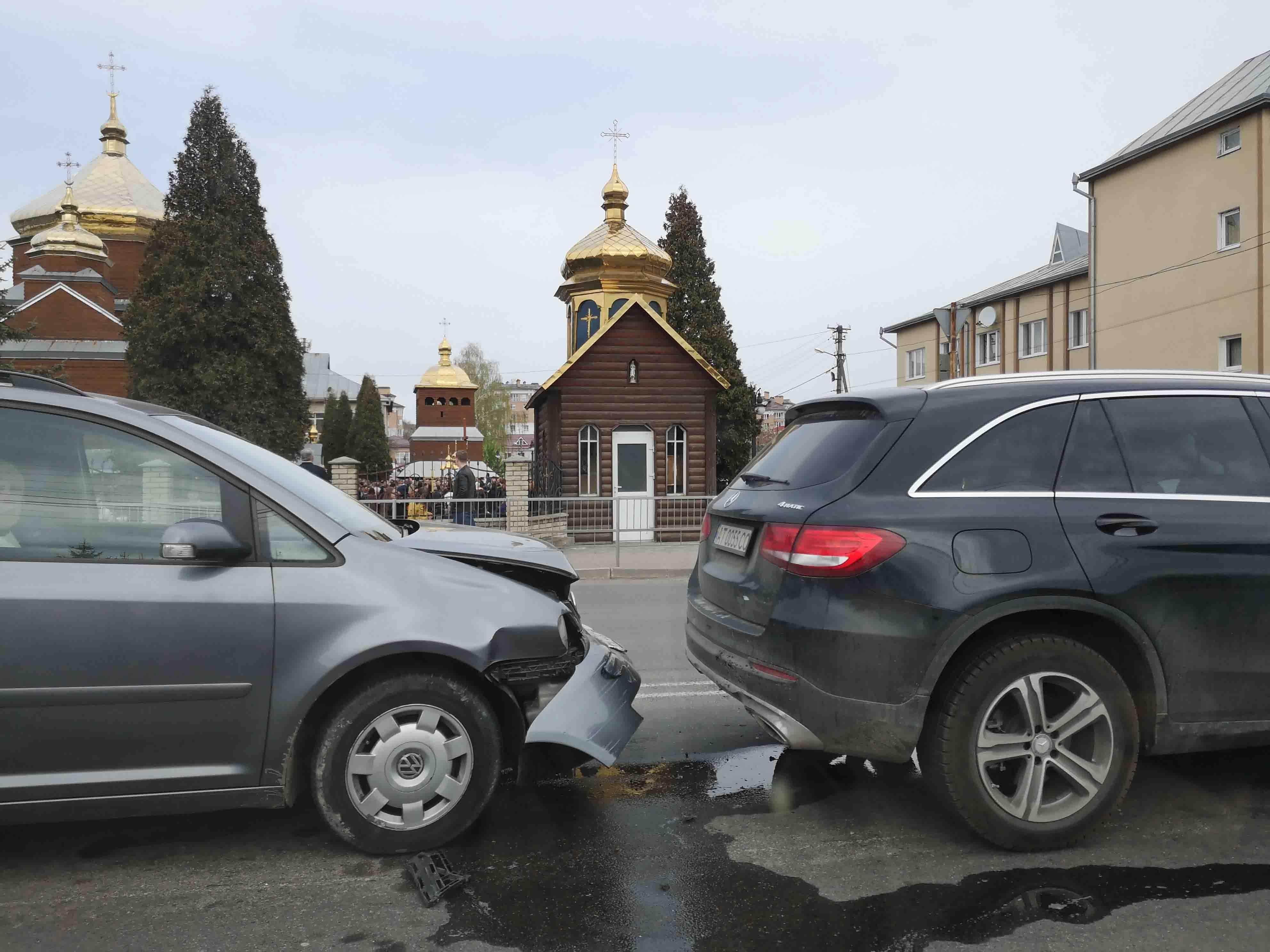 В центрі Крихівців учасники ДТП вже годину чекають на поліцію (ФОТО)