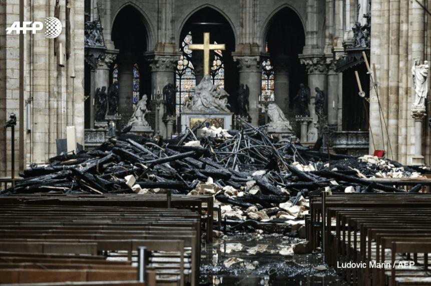Як виглядає зсередини обгорілий Собор Паризької Богоматері (ФОТО, ВІДЕО)