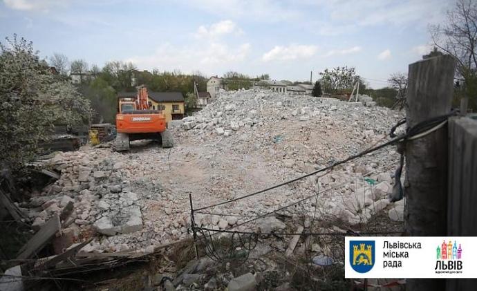 В Україні вперше знесли незаконну багатоповерхівку (ФОТО)