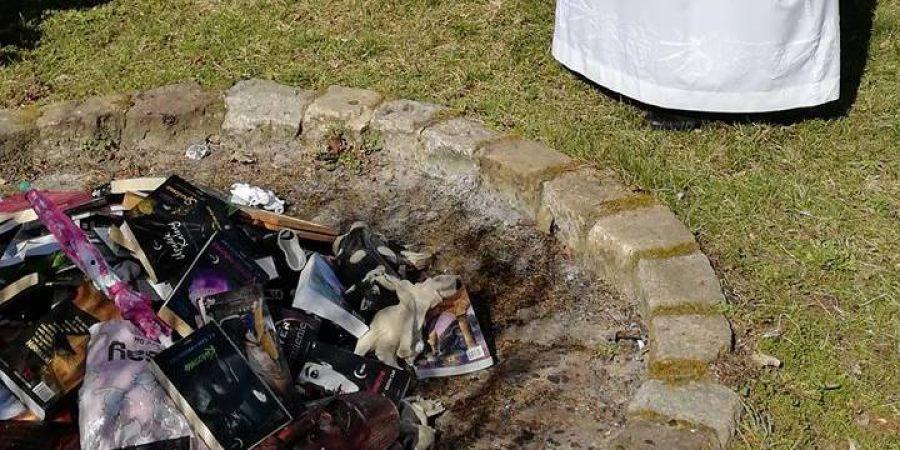 """У Польщі католицькі священики спалили """"богохульні"""" книги про Гаррі Поттера"""