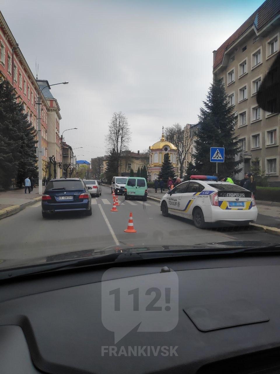 Напроти ГУ Нацполіції та СБУ у Франківську жінка потрапила під колеса авто (ФОТОФАКТ)