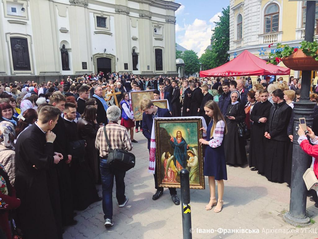 Сотні франківців пройшли молитовною ходою з нагоди Дня матері (ФОТО, ВІДЕО)
