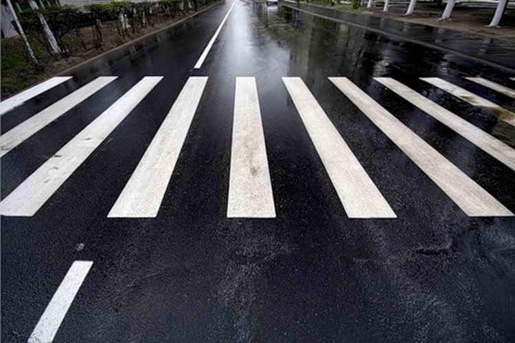 У Франківську перед пішохідними переходами з'являться попереджувальні написи