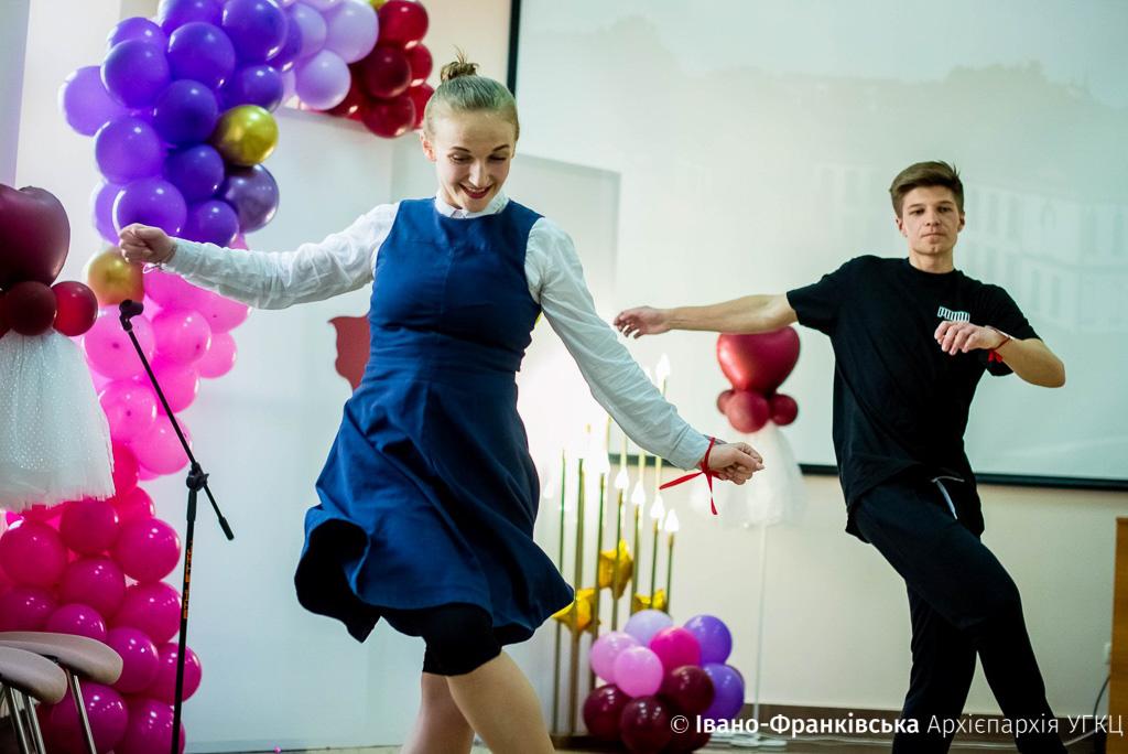 У Католицькій гімназії школярі влаштували запальні танці з вчителями (ФОТО)