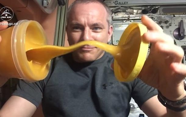 Астронавт показав, як веде себе в невагомості мед (ВІДЕО)