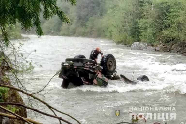 У туристичному авто, що впало у річку на Прикарпатті, виявили тіла трьох людей(ВІДЕО)