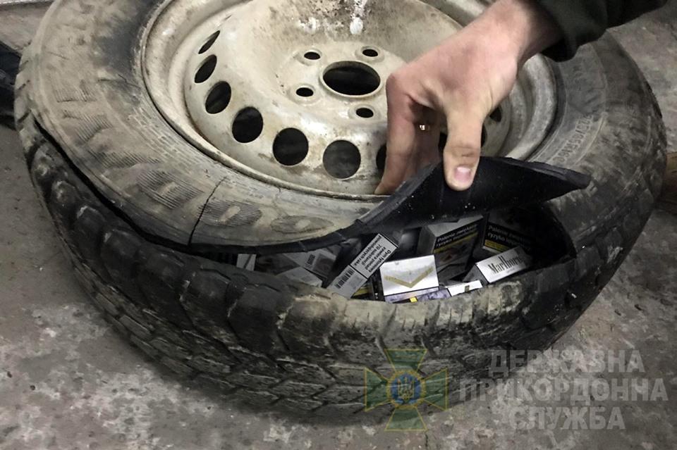 На кордоні спіймали прикарпатця, який нелегально перевозив майже 300 пачок цигарок (ФОТО)