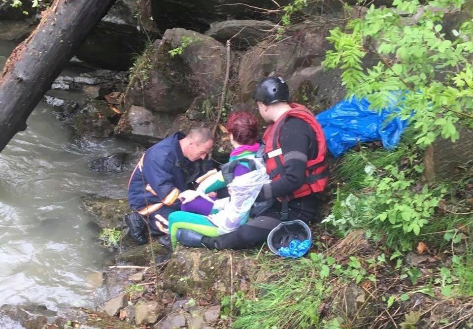 Рятувальники відшукали всіх постраждалих у ДТП на Верховинщині. Десятеро – у лікарні (ФОТО)