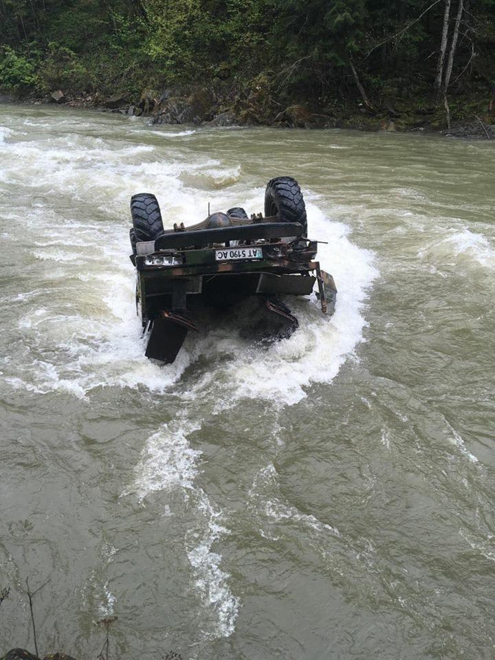 На Верховинщині автомобіль із туристами з висоти перекинувся у річку (ФОТО)