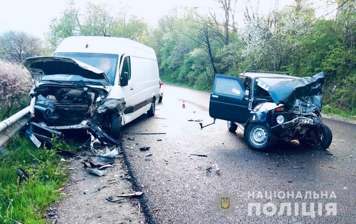 """ДТП у Делятині: водій """"Ниви"""", який зіткнувся з мікроавтобусом, був п'яний (ФОТО)"""