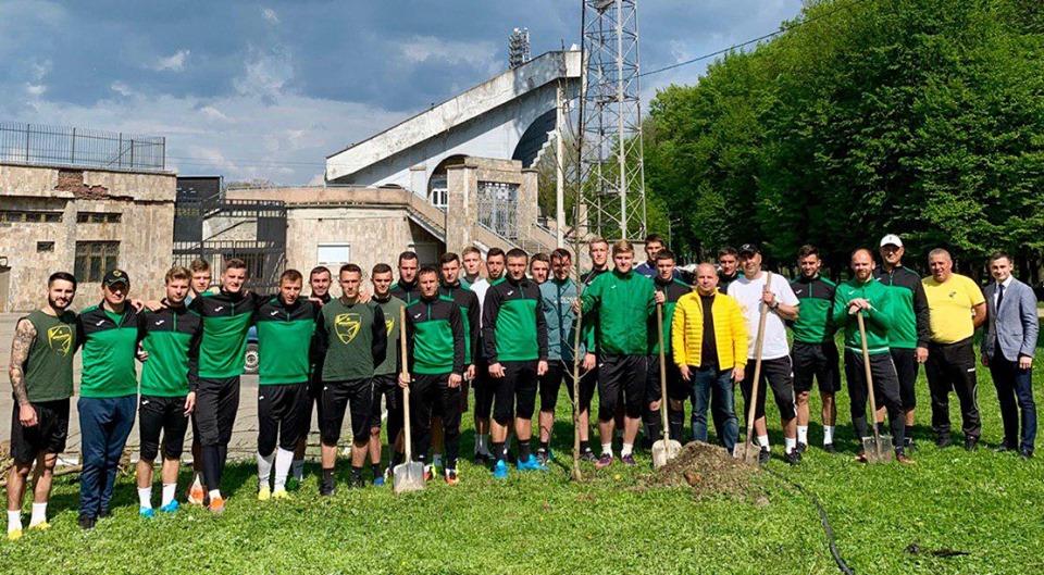 """До Дня міста гравці """"Прикарпаття"""" висадили ясени поблизу стадіону (ФОТО)"""