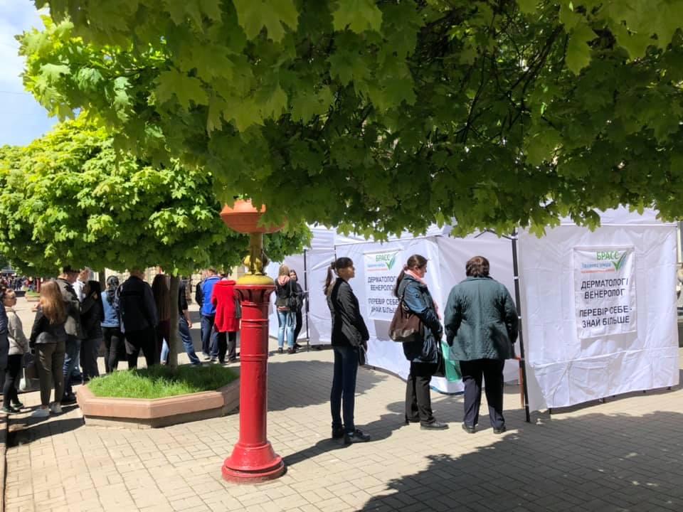 У центрі Івано-Франківська медики безкоштовно обстежують громадян (ФОТО)