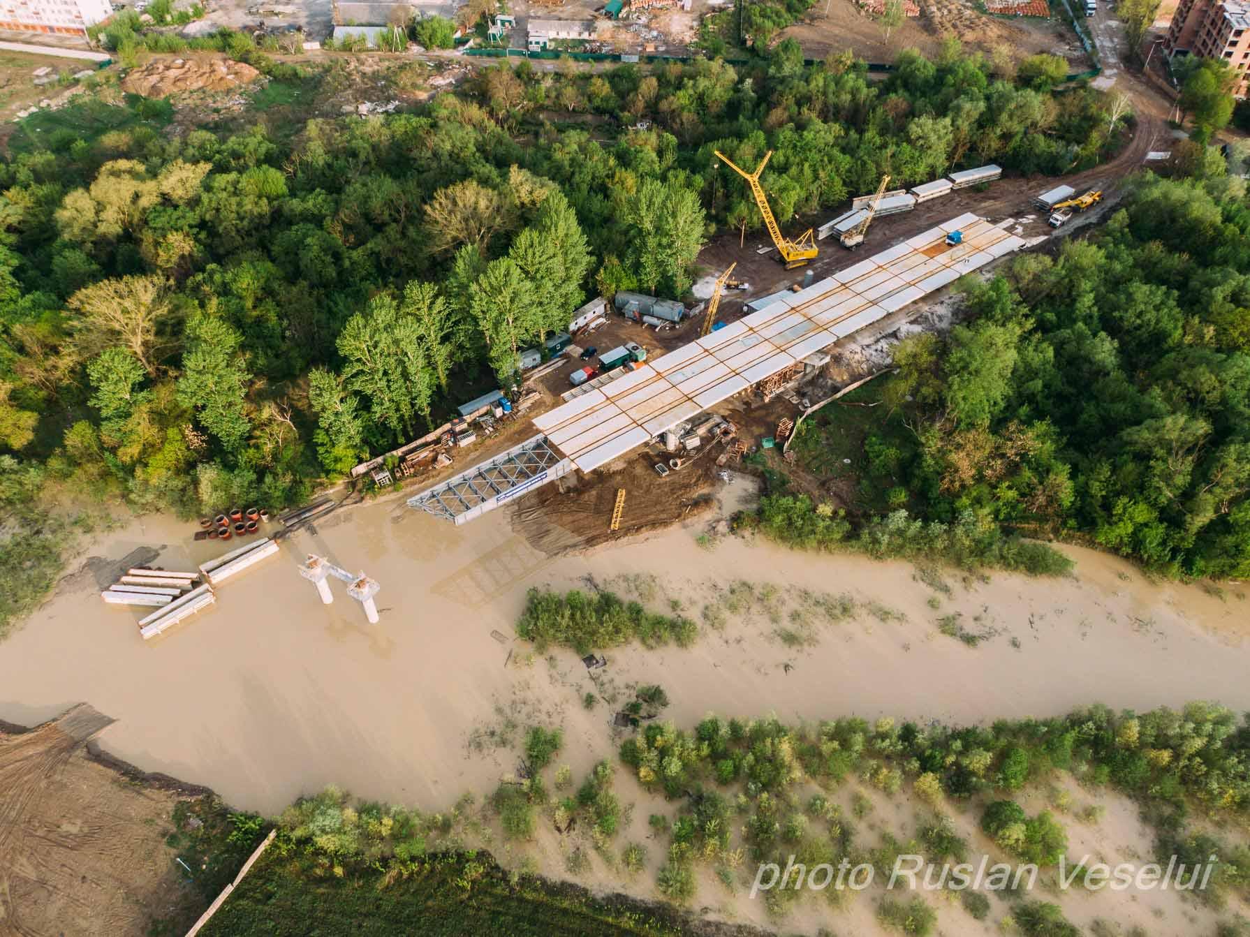 Негода підтопила будівельні елементи нового моста на Пасічну (ФОТО)