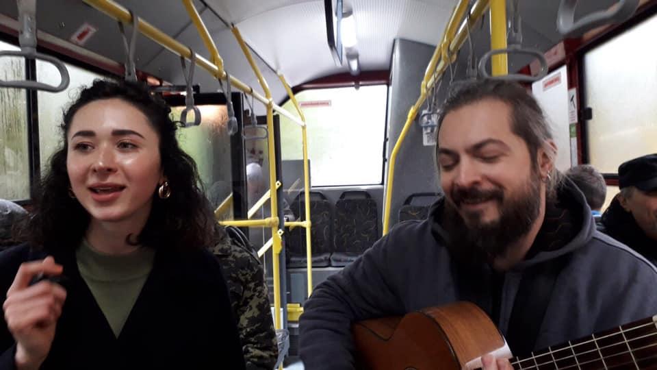 Викладачі музичної школи співом у тролейбусі вітали франківців з Днем міста (ФОТО, ВІДЕО)