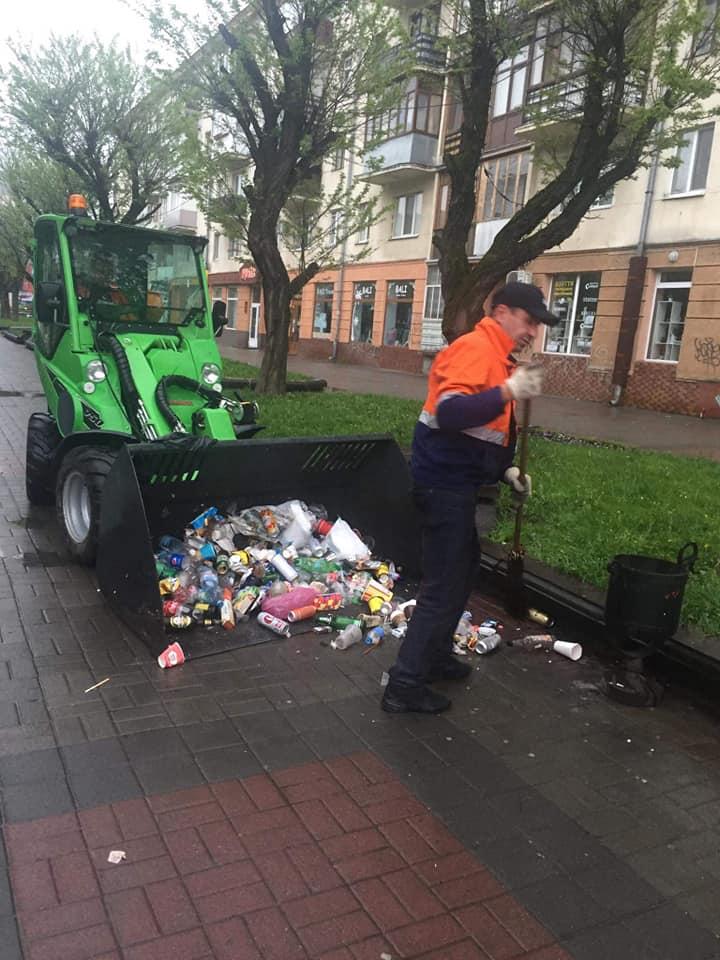 Комунальники показали, як прибирають Франківськ після фестивалю (ФОТО)