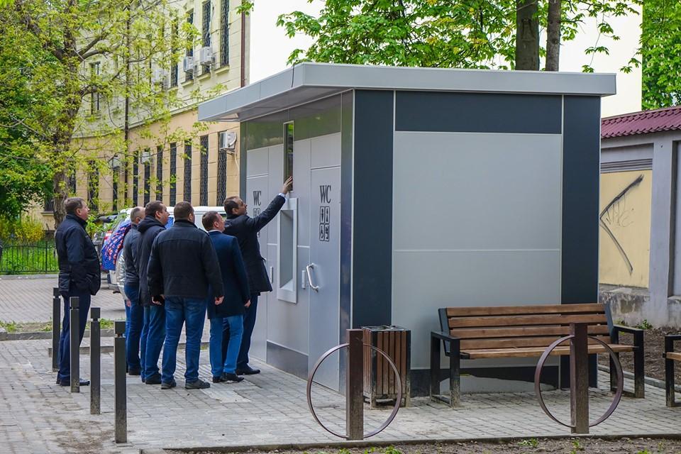 Вандали пошкодили нову сучасну вбиральню на Валах (ФОТО)