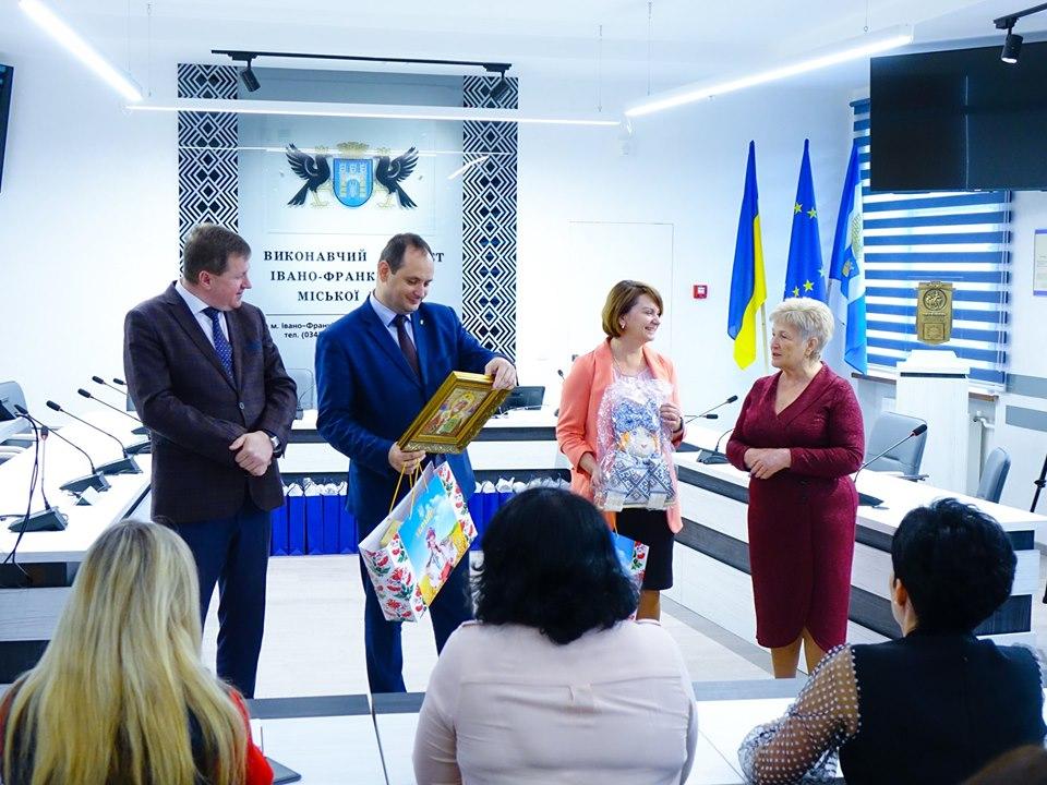Учні херсонської школи подарували Марцінківу ікону Миколая Чудотворця (ФОТО)