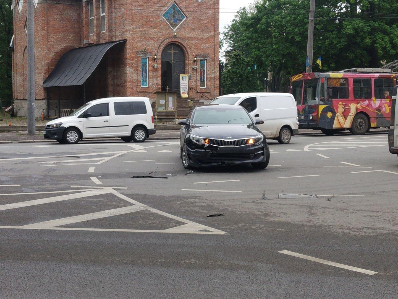 Поблизу вокзалу зіткнулися мікроавтобус та седан, рух ускладнений (ФОТО)