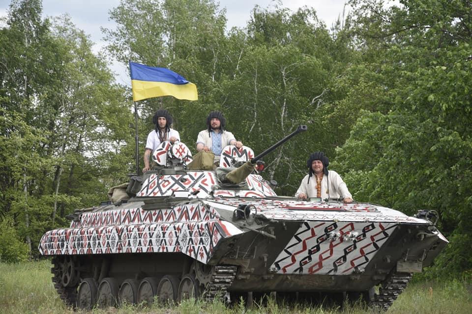 """Бійці прикарпатської """"десятки"""" одягнули танк у вишиванку (ФОТО, ВІДЕО)"""