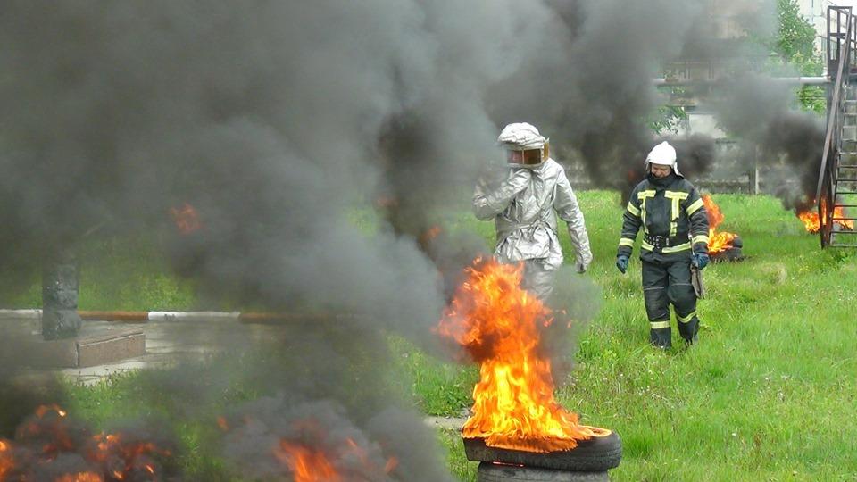 Крізь дим і полум'я: як прикарпатські рятувальники смугу небезпек долали (ФОТО)