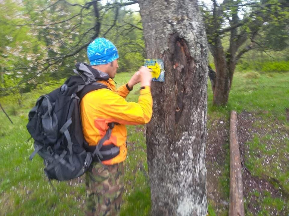 Активісти відновлюють маркування туристичних маршрутів на Яремчанщині (ФОТО)