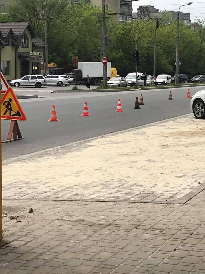 На вулиці Галицькій облаштовують заїзні кишені (ФОТО)