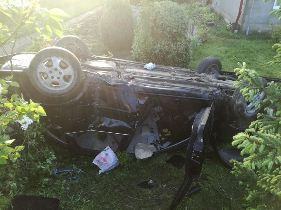 На Прикарпатті автівка злетіла з дороги, знесла паркан і перекинулась (ФОТО)