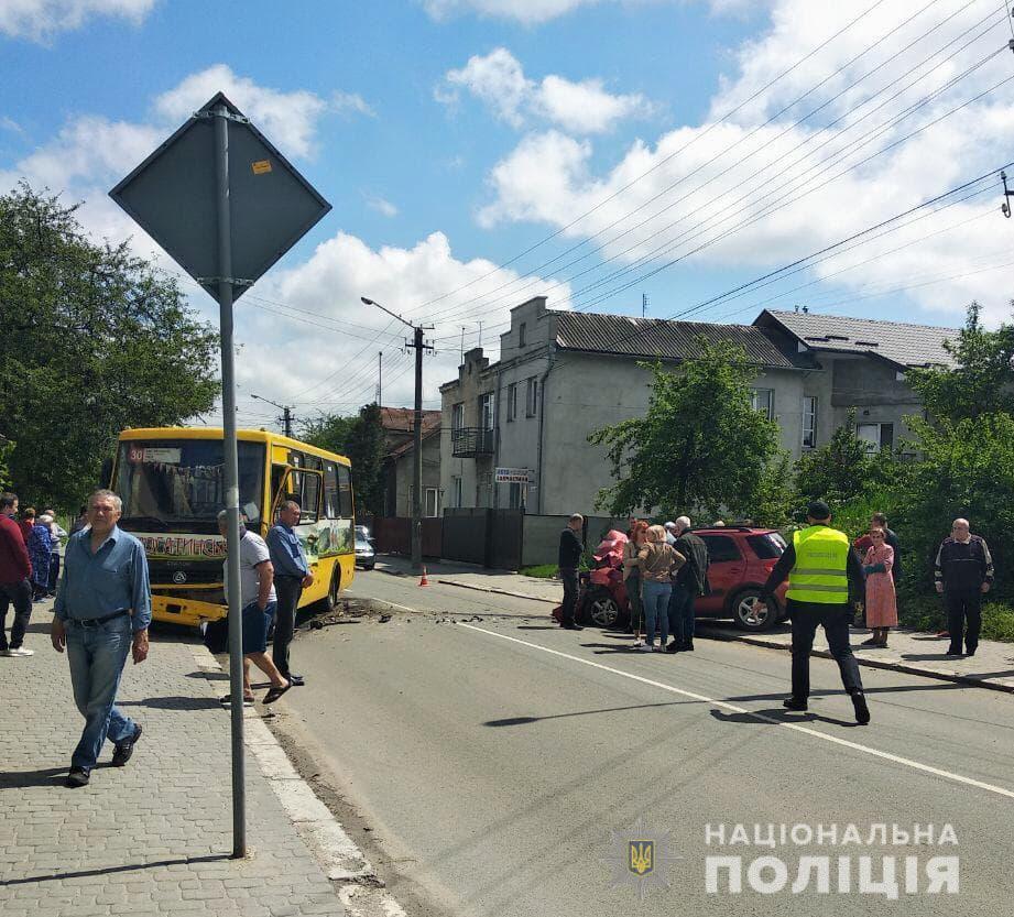 """В аварії """"Сузукі"""" та маршрутки постраждали вісім людей (ФОТО)"""