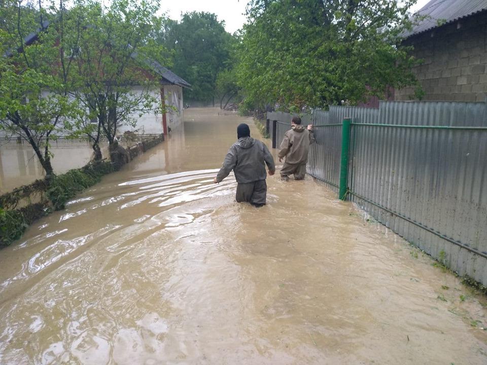 Затоплено будинки, евакуація людей та відключення газу. На Прикарпатті негода тримає людей в страху