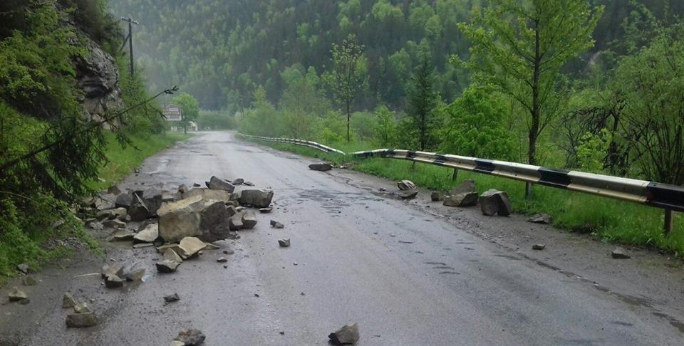 Негода на Прикарпатті: дороги у гірських районах засипало камінням (фоторепортаж)