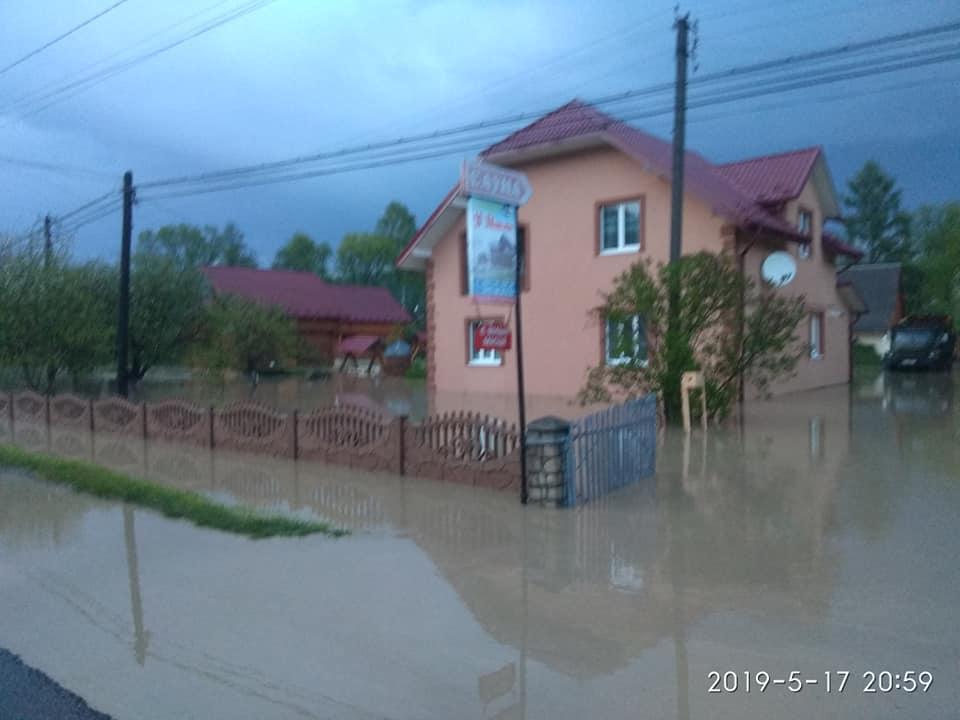 На Яремчанщині вода зруйнувала дорогу (ФОТО)