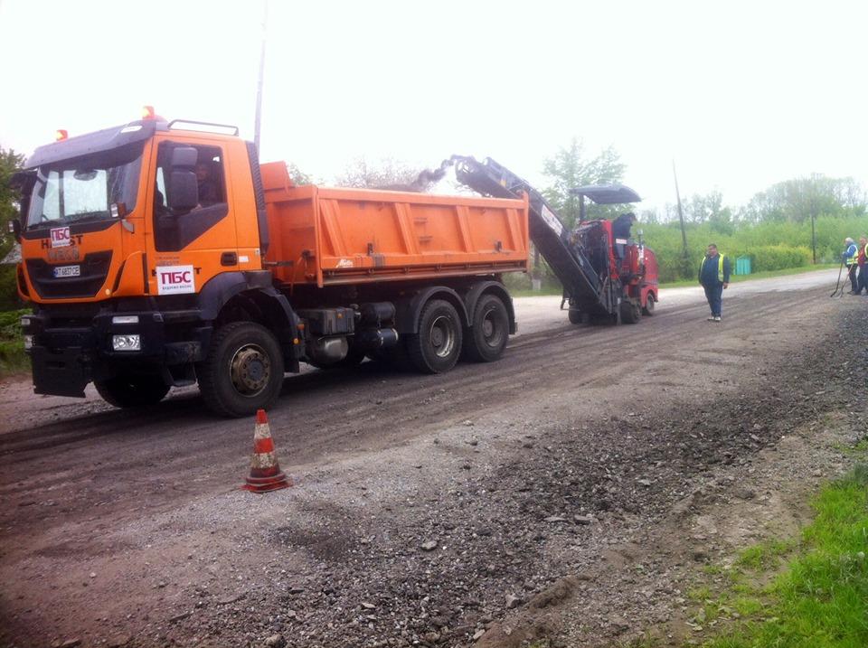 Чергову дорогу на Прикарпатті взялися доводити до ладу (ФОТО)