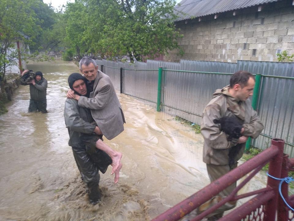 Тривожна ніч: на Прикарпатті внаслідок негоди підтоплено декілька тисяч домогосподарств