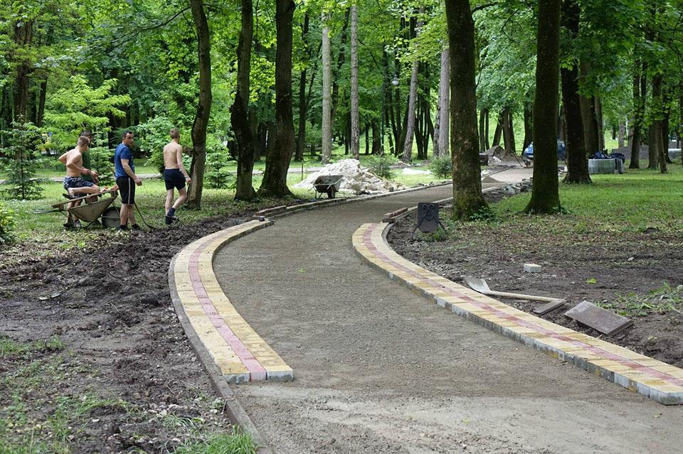 Поки немає дощу, доріжки в міському парку активно брукують (фоторепортаж)