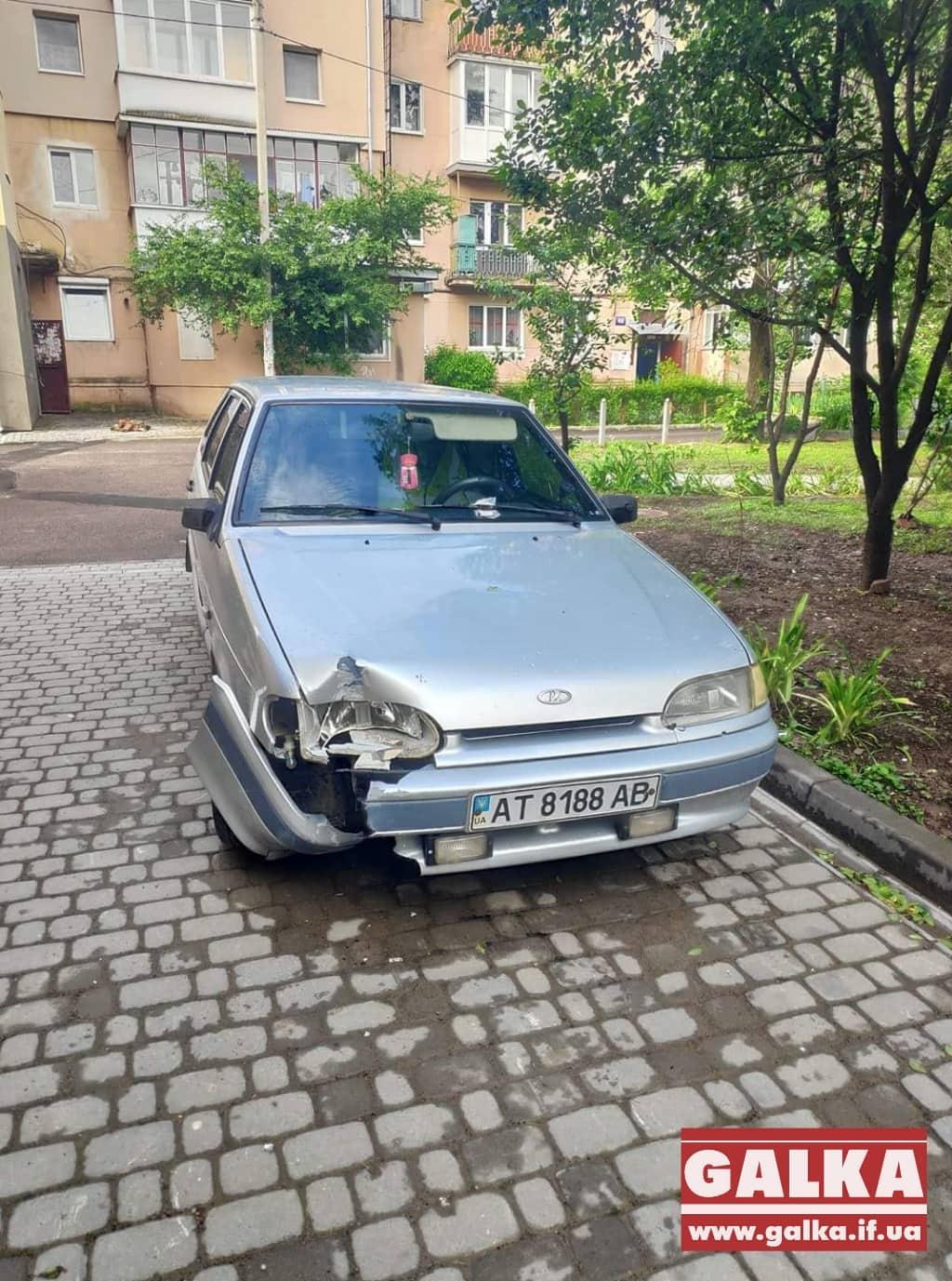 У франківському дворі в розбитій машині знайшли п'яного водія (ФОТОФАКТ)