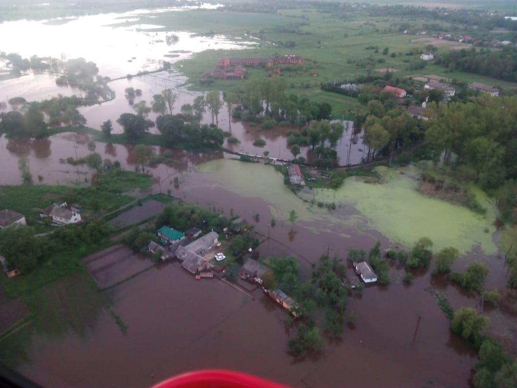 Рятувальники здійснюють спостережні обльоти підтоплених районів Прикарпаття (фоторепортаж)