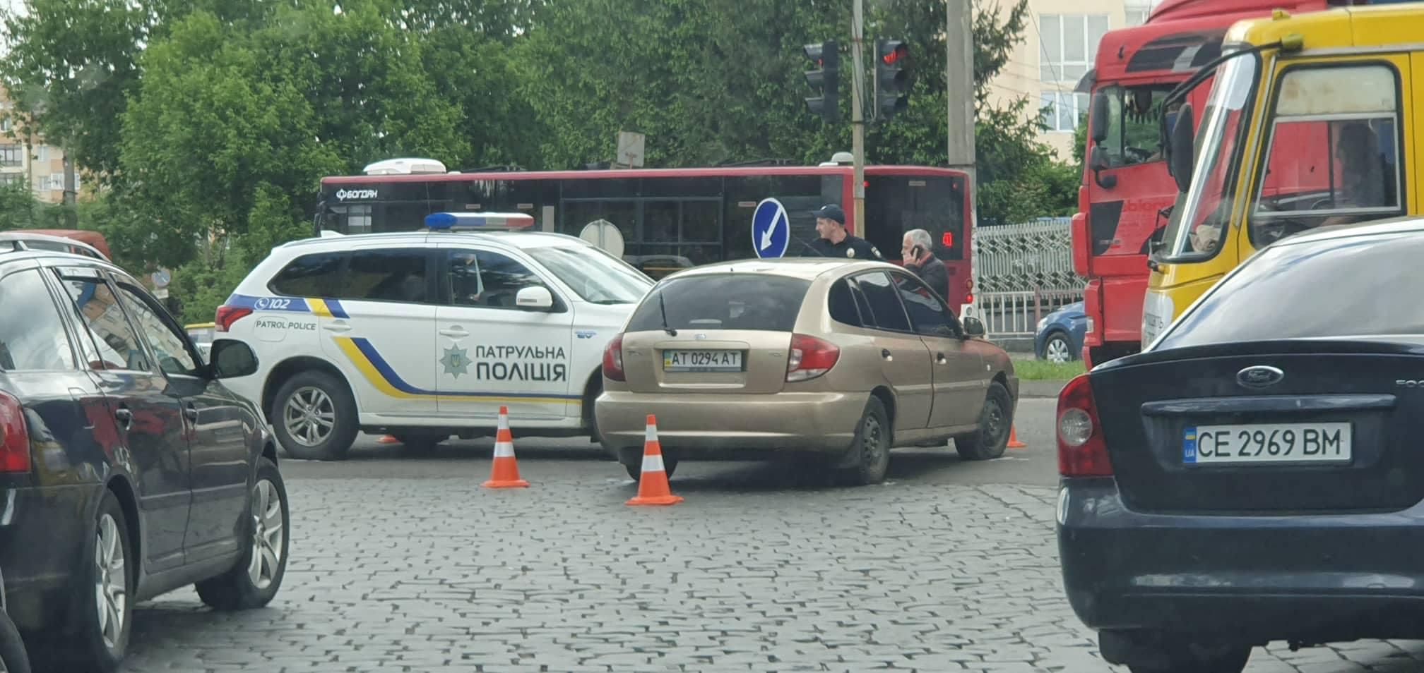 ДТП у Франківську: водій KIA не пропустив патрульних, які поспішали на виклик (ФОТО)