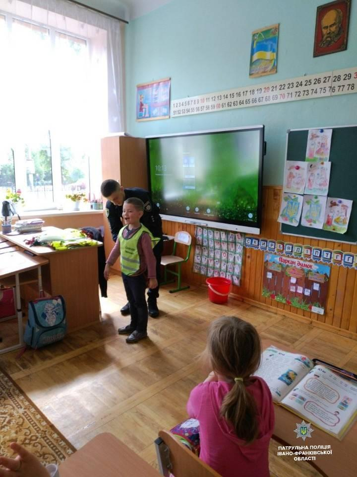 """Юні учні з 13-ти шкіл отримали """"Комплекти безпеки"""" (ФОТО)"""