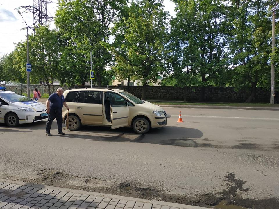На Довженка автомобіль збив жінку, яка перебігала дорогу (ФОТО)