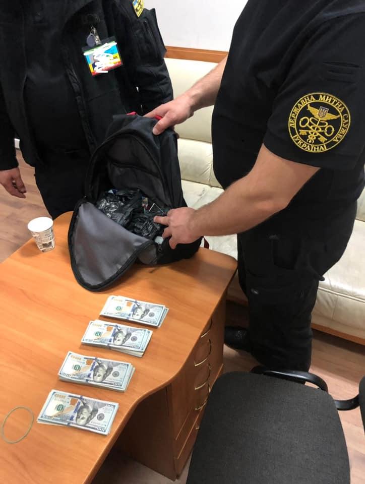 Прикарпатець намагався пронести через кордон 35 тисяч доларів США у рюкзаку (ФОТО)