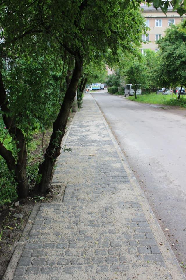У Франківську на вулиці Гаморака облаштували тротуар (ФОТО)