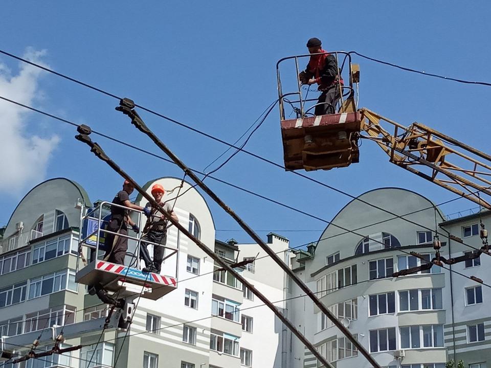 У Франківську на перехресті вулиць Тролейбусна-Хіміків встановлюють нові світлофори з відліком часу (ФОТО)