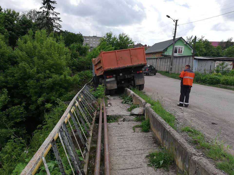На Городенківщині вантажівка ледь не злетіла з моста – врятувала огорожа (ФОТО)