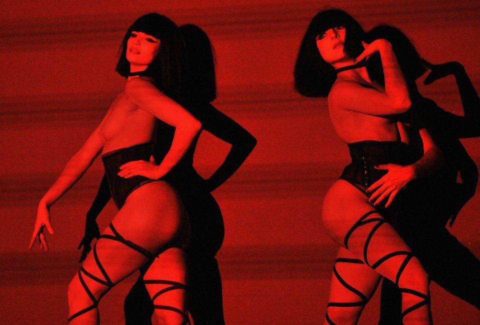 """""""Ми оголюємося найкрасивіше"""" – пікантні світлини танцівниць паризького кабаре (ФОТО 18+)"""