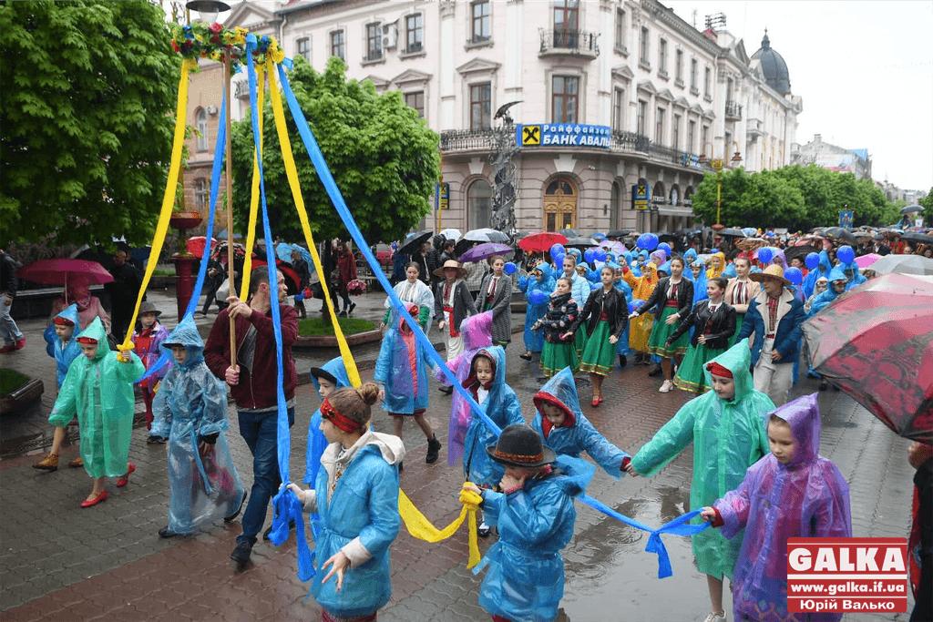 Святковою ходою до Дня міста в Івано-Франківську пройшли сотні людей (ФОТО)
