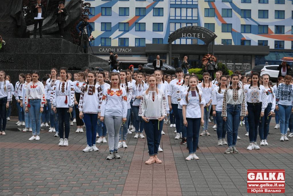 Франківські студенти у вишиванках влаштували масштабний флешмоб у центрі  (ФОТО, ВІДЕО)