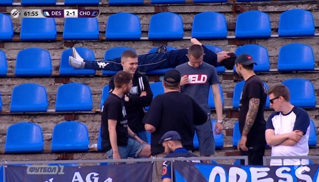 Вболівальник заснув на трибунах під час матчу чемпіонату України – курйоз дня (ФОТО)