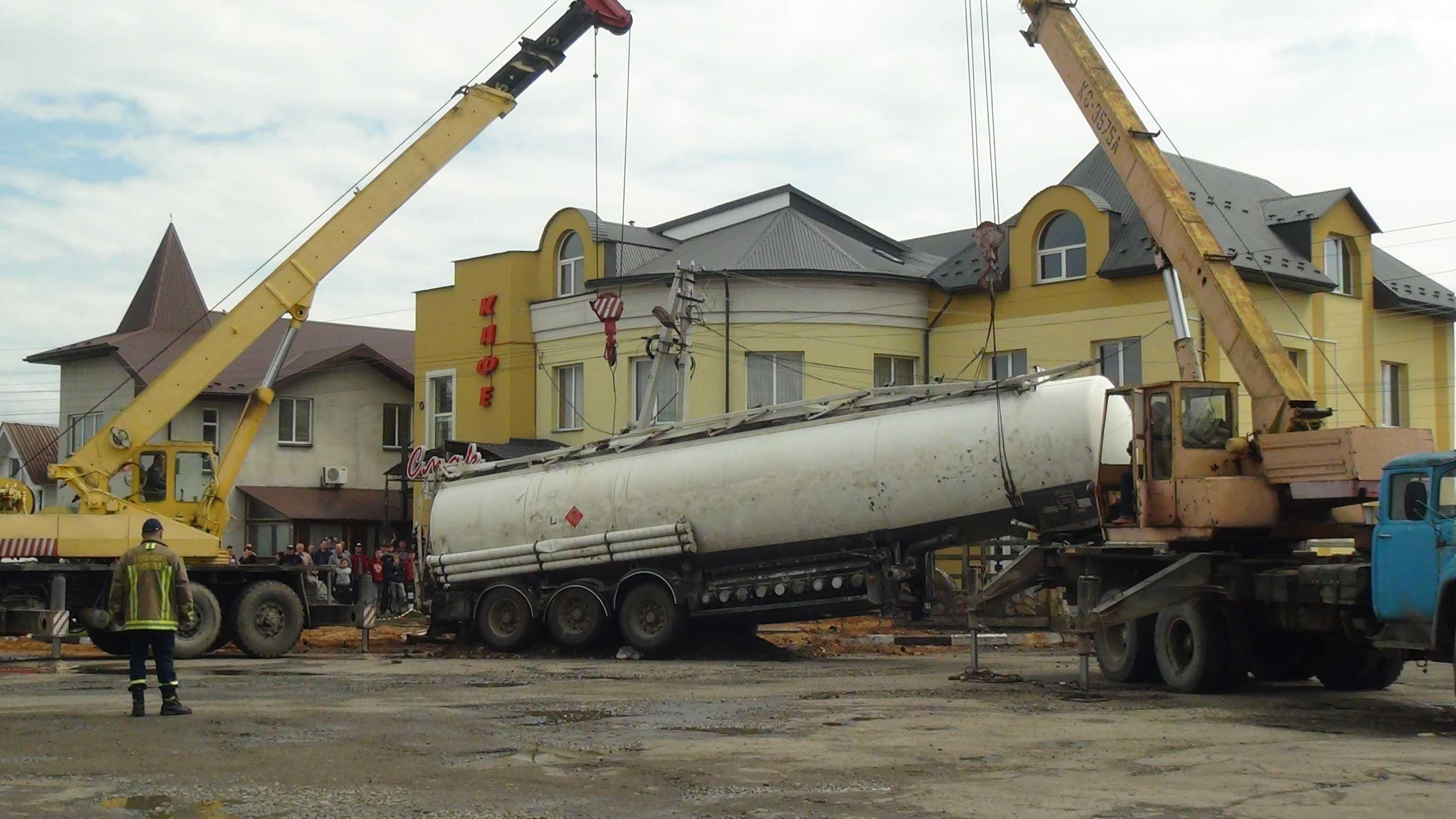 Майже добу 25 прикарпатських рятувальників ліквідовували наслідки ДТП з бензовозом (ФОТО)