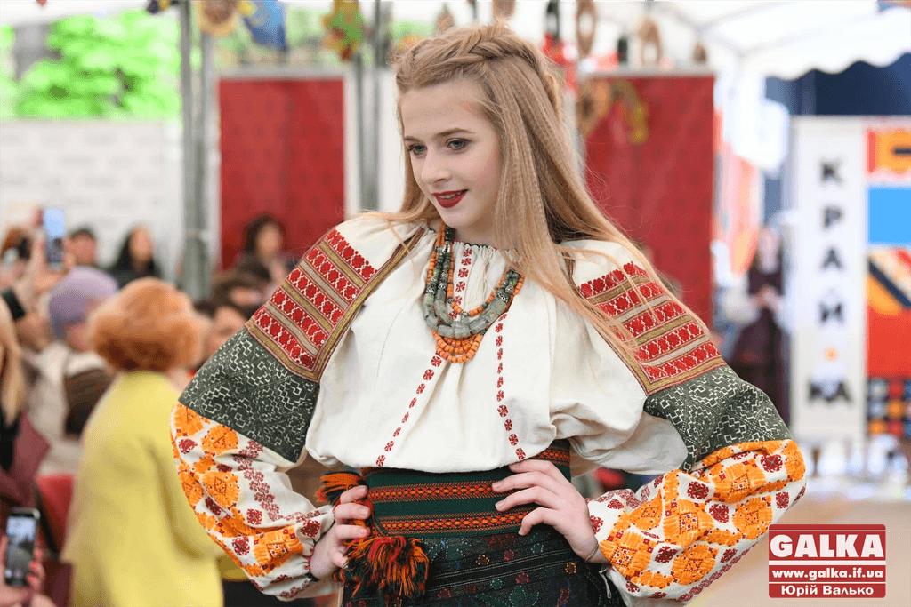 Яскравий показ етновбрання просто неба відбувся в Івано-Франківську (ФОТО)