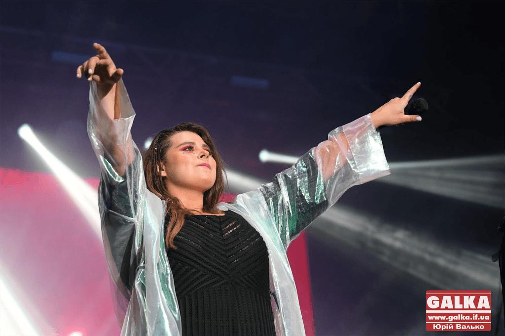 KAZKA привітала Франківськ з Днем міста та змусила співати разом тисячі людей (ФОТО, ВІДЕО)